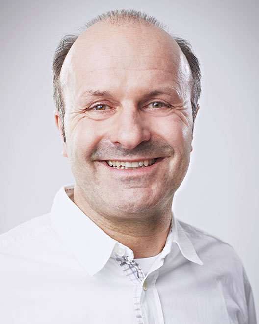 Dr. Andreas Sielemann ist Zahnarzt, Fachzahnarzt für Oralchirurgie, zertifizierter Implantologe sowie Zahntechniker.